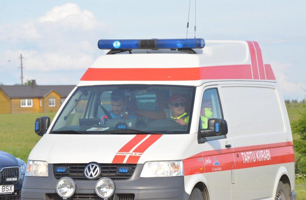 Õnnetus Tartus: veokijuht tagurdas otsa kõnniteel liikunud neiule