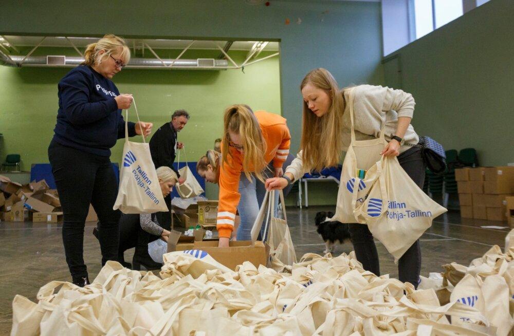 Põhja-Tallinna vabatahtlikud jagasid eakatele toidupakke