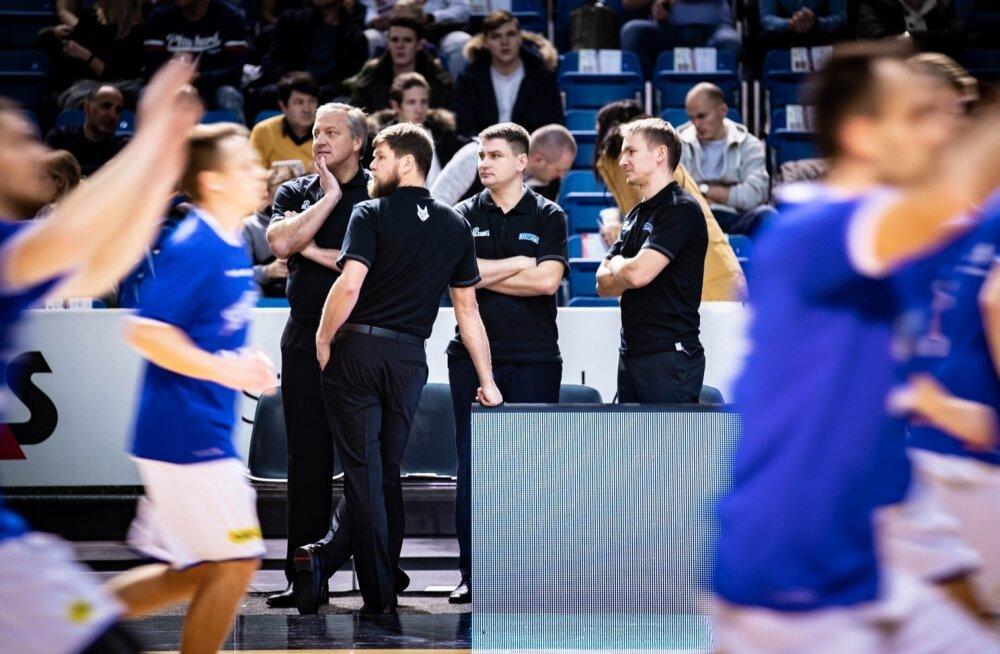 Heiko Rannula (paremal) on peatreener Tiit Soku (vasakul) ning abitreenerite Indrek Visnapuu (seljaga) ja Alar Varraku kõrval Eesti koondise juures õpipoisi rollis.