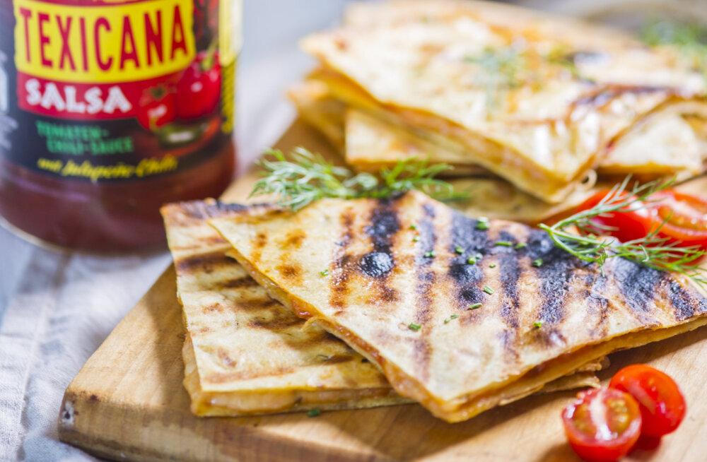 RETSEPT | Mõnus snäkk jalgpalli kõrvale: grillitud <em>quesadilla</em>'d juustu ja vürtsika kastmega