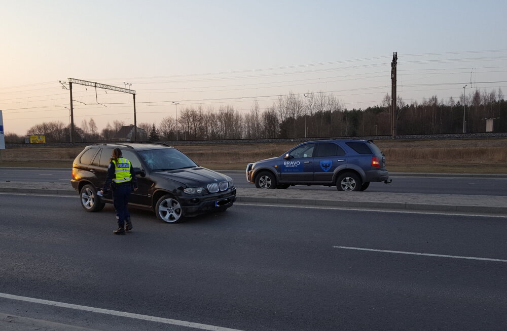 ФОТО: На Ярвевана теэ BMW X5 врезался в столб — водитель сбежал