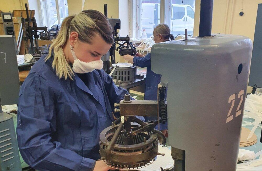 Esfil Tehno Sillamäe tehase töötaja kannab ettevõttes toodetavat kaitsemaski.