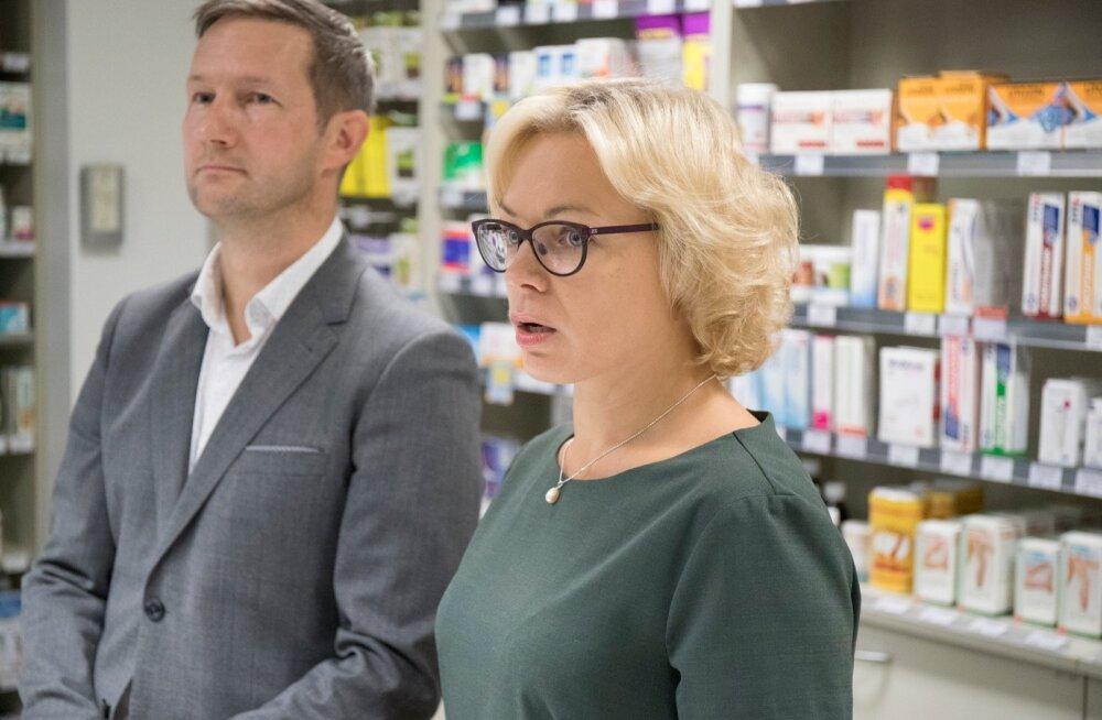 Apotheka juht Kadri Ulla ja Magnum AS-i juhatuse liige Paavo Truu süüdistasid apteegis peetud pressikonverentsil nii haiglat kui ka ravimiametit. Ent ühest vastust, miks apteek pärast üürilepingu lõppemist müügipinda ei vabasta, nad ei andnud.