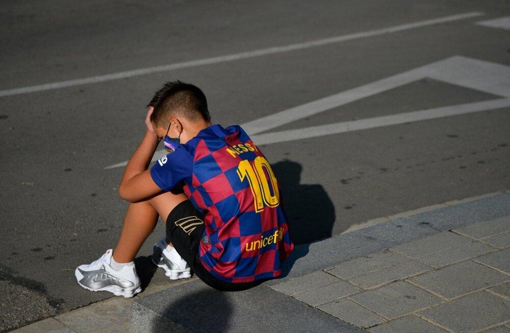 Lionel Messi särki kandev noor FC Barcelona fänn ootas meeskonna pühapäevasele kogunemisele ka oma iidolit, kuid Messi ei ilmunudki kohale.