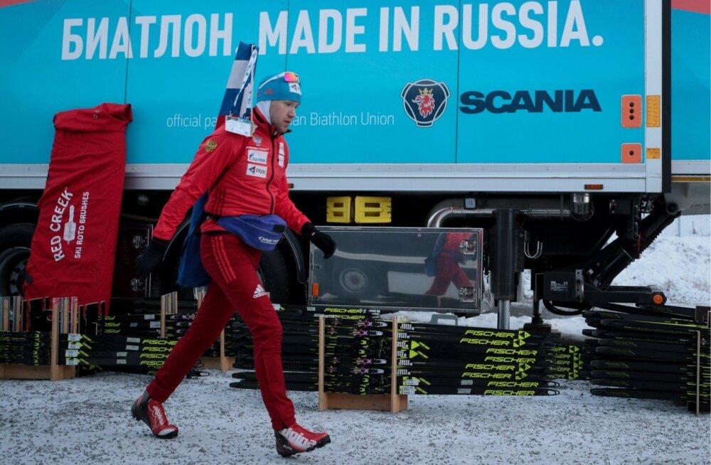 Venemaa laskesuusataja Aleksei Volkov koondise bussi ees.