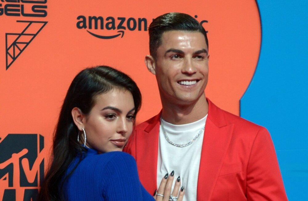 FOTOD | Ohtlikud kurvid! Cristiano Ronaldo elukaaslase büst ähvardas punasel vaibal välja hüpata