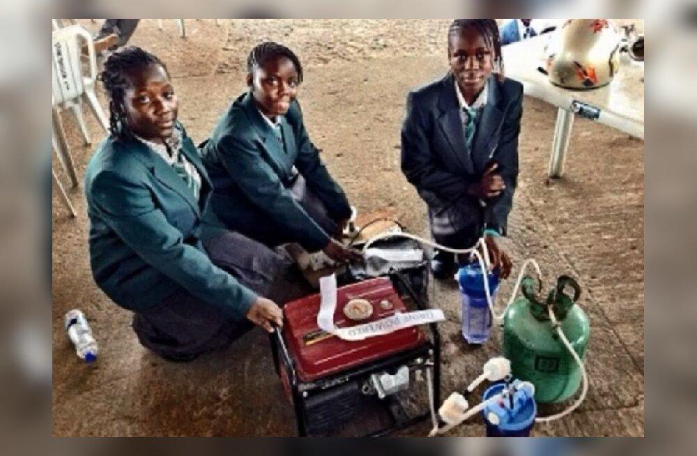 Nigeeria tüdrukute leiutis, mis toodab elektrit uriinist, tekitas paraja vaidluse