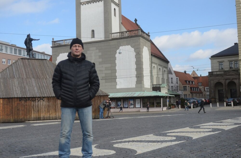Dzintar Klavan Augsburgi raekoja ees