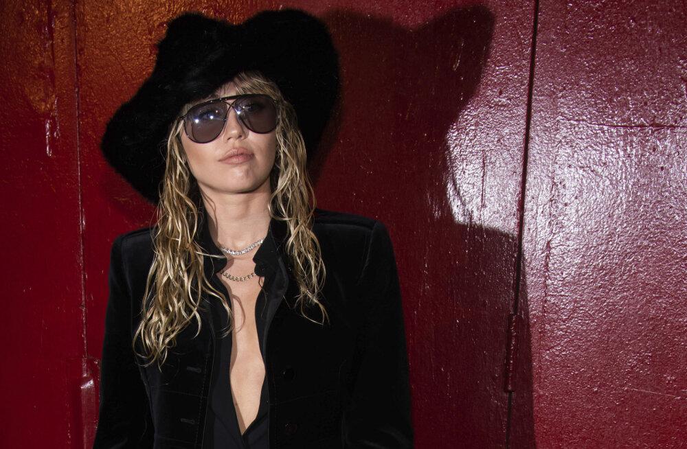 KUUM KLÕPS   Miley Cyrus pani sotsiaalmeedia piirid proovile: fännid nägid kõike, mida õhuke pluus varjama oleks pidanud