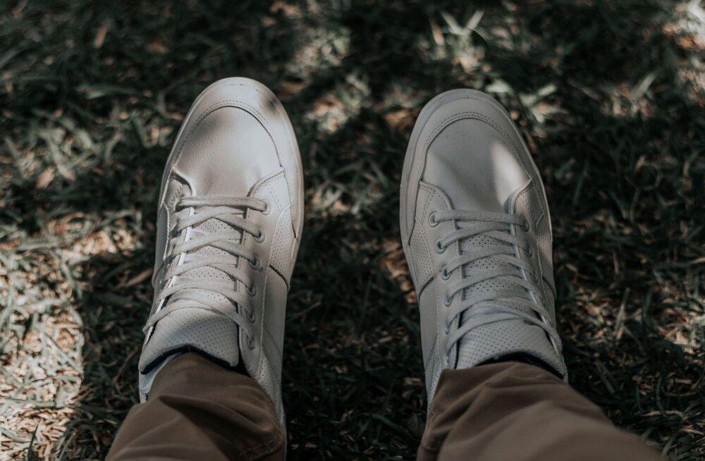 ВИДЕО | Как вернуть белизну кроссовкам? Очень простой способ