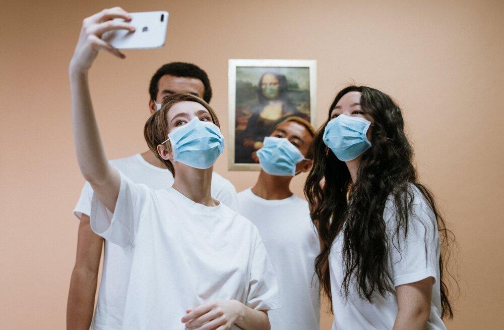 ФОТО | Дизайнер попал в больницу и придумал глянцевый журнал о коронавирусе