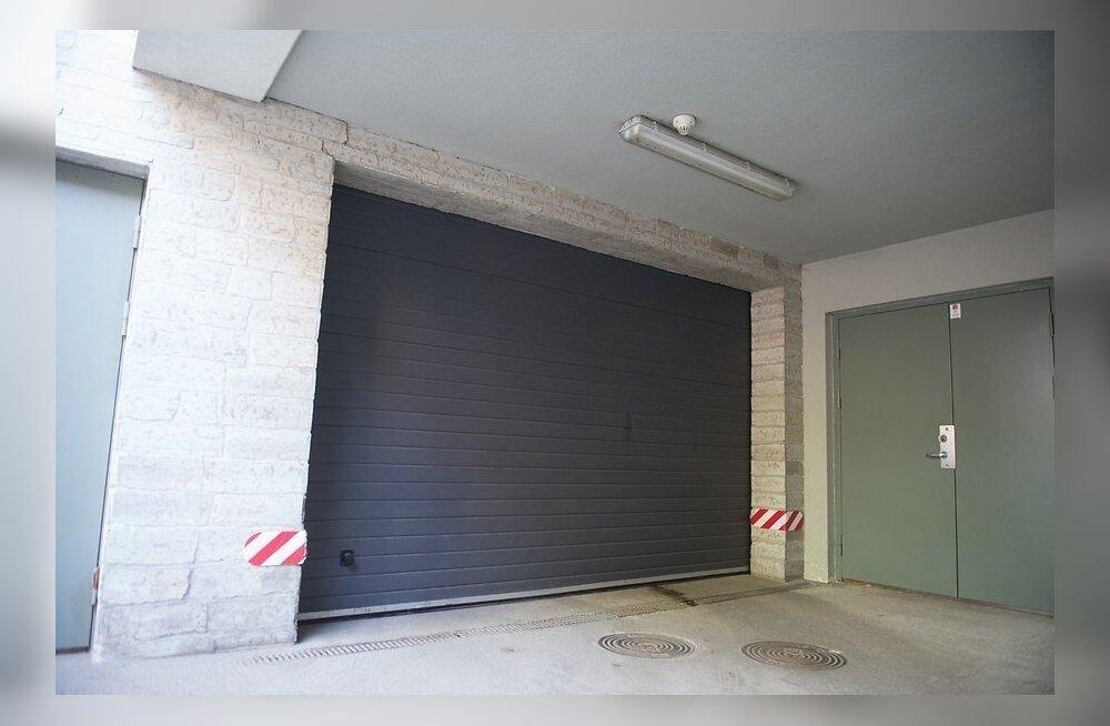 Kadrioru Kollane tänav 7 kortermaja langev garaažiuks, kus juhtus traagiline õnnetus.