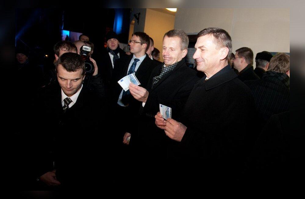 Andrus Ansip ja Jürgen Ligi euro tulekut tervitamas
