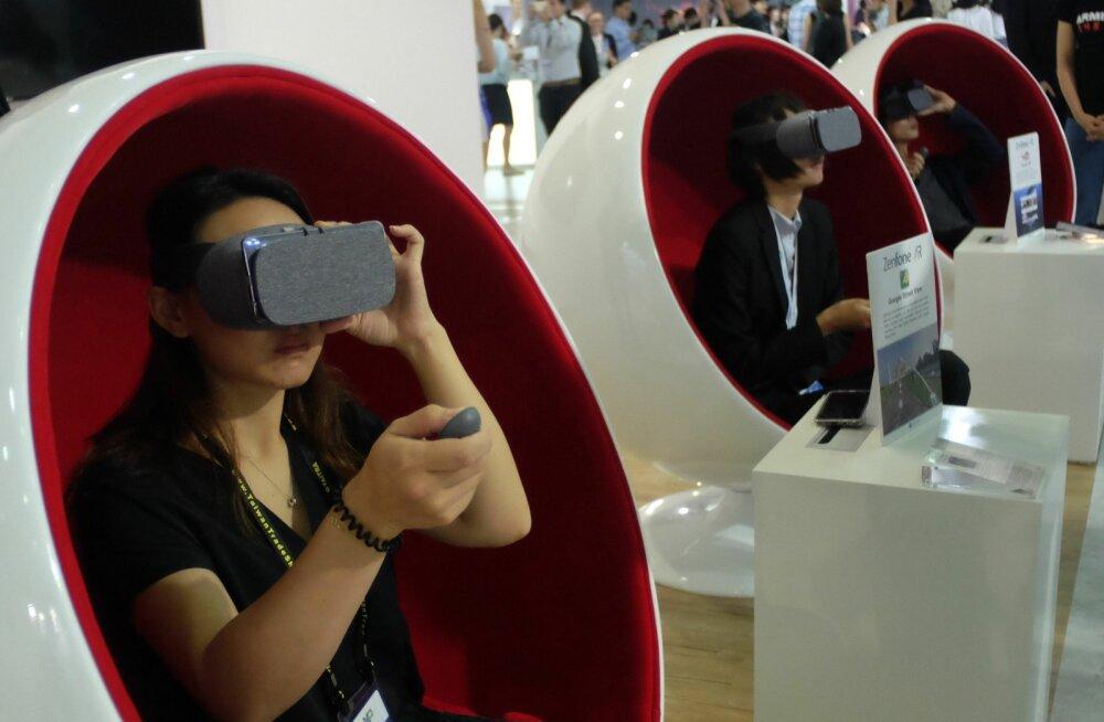 Tehnoloogiahuvilised Computexil VR-seadmeid proovimas