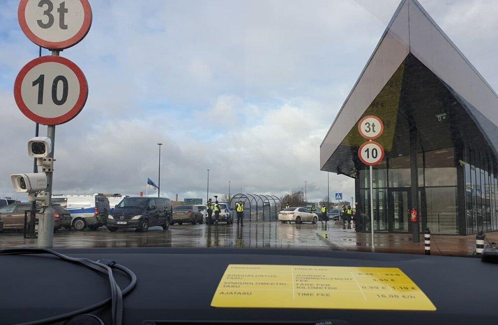 ФОТО | Полиция проверила на парковке аэропорта иностранных водителей такси из компаний-агрегаторов