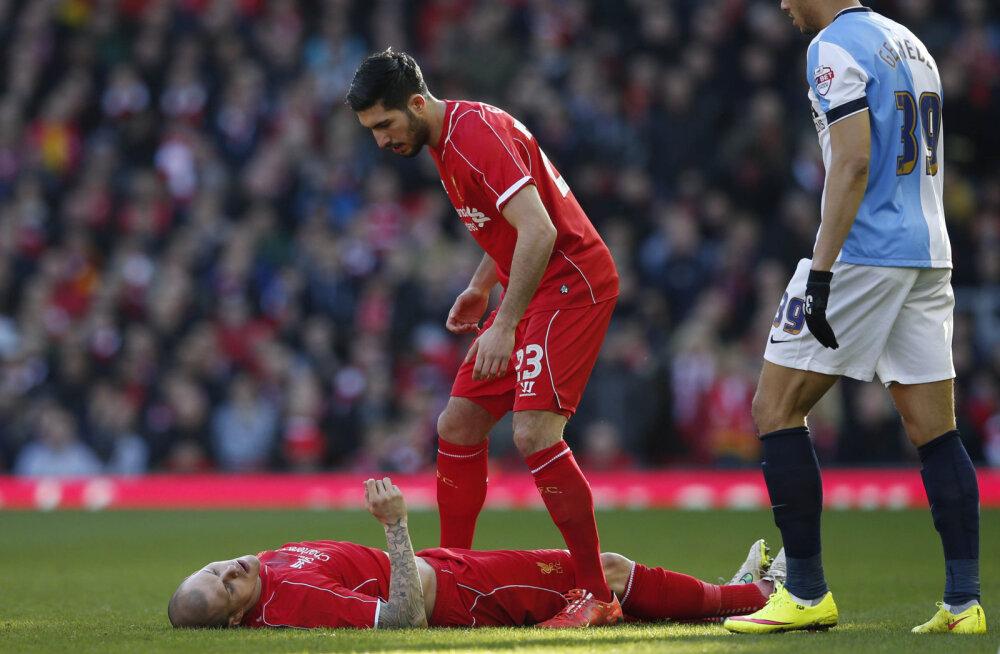VIDEO: Õnnetult kukkunud Liverpooli kaitsja viidi karikamängult haiglasse