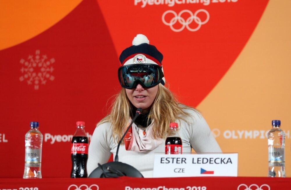 Ester Ledecká võistlusjärgsel pressikonverentsil.
