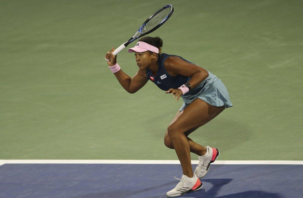 Treeneri vallandanud esireket Naomi Osaka piirdus Dubais ühe mänguga
