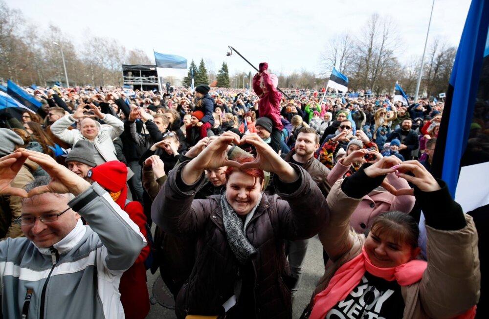 OTSEBLOGI JA FOTOD   Tuhanded inimesed kogunesid lauluväljakule Kõigi Eesti Laulule. Teiste seas palju kultuuriinimesi ja poliitikuid. Üritus kulmineerus hümni laulmisega