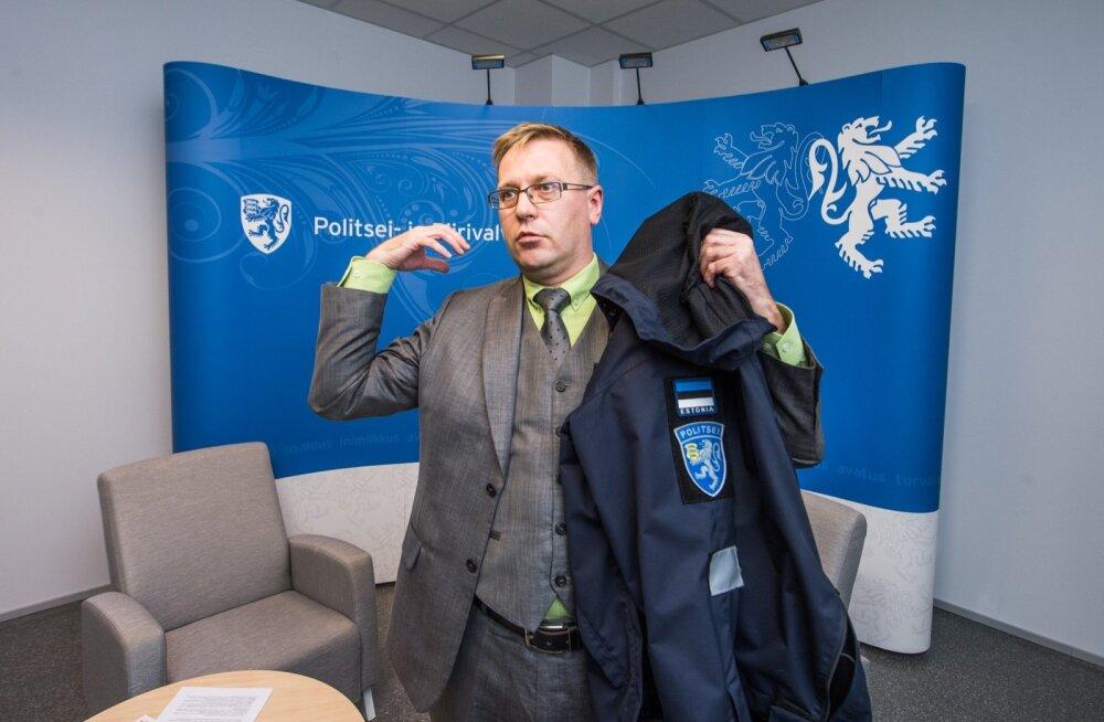 Loodetavasti valmivad politseinike uued vormid, mida PPA peadirektori asetäitja Tauno Tuisk demonstreerib, professionaalsemalt kui nende saamiseks korraldatud riigihange.