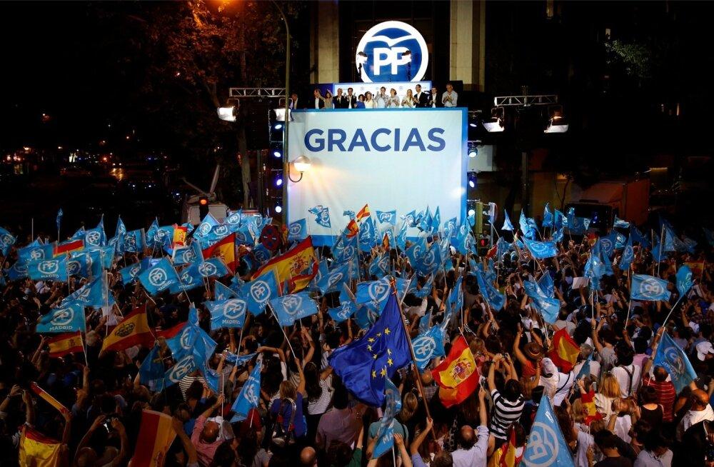 Valimised võitnud rahvapartei juhid tänavad tribüünilt valijaid.