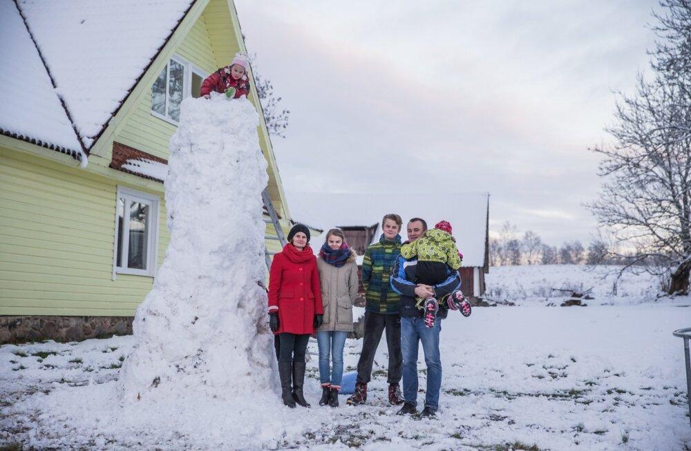 Perekond Kangur oma erilise Öödre talu ees