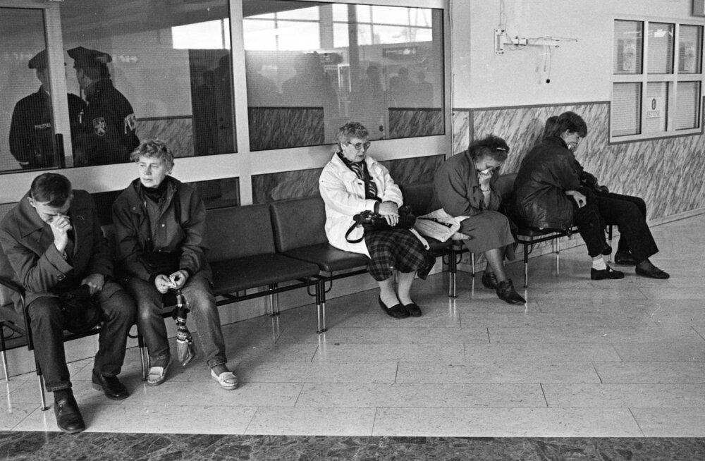 28. septembri hommik. Sõitsime sadamasse Rahva Hääle uudistetoimetuse juhi Kalle Muuli Žiguliga. Peale tema ja minu olid autos ajakirjanikud Ain Parmas ja Victoria Näripä. Toona tehti pilti mustvalgele filmile, olin enne fotolaboris kiiresti kassetti paar rulli filmi kerinud. Kell oli umbes 11, kui sadamasse jõudsime. Inimesed olid veel täielikus teadmatuses. Terminalis valitses rusuv vaikus, ei räägitud ühtegi sõna. Oli selline tunne, et käi või kikivarvul.