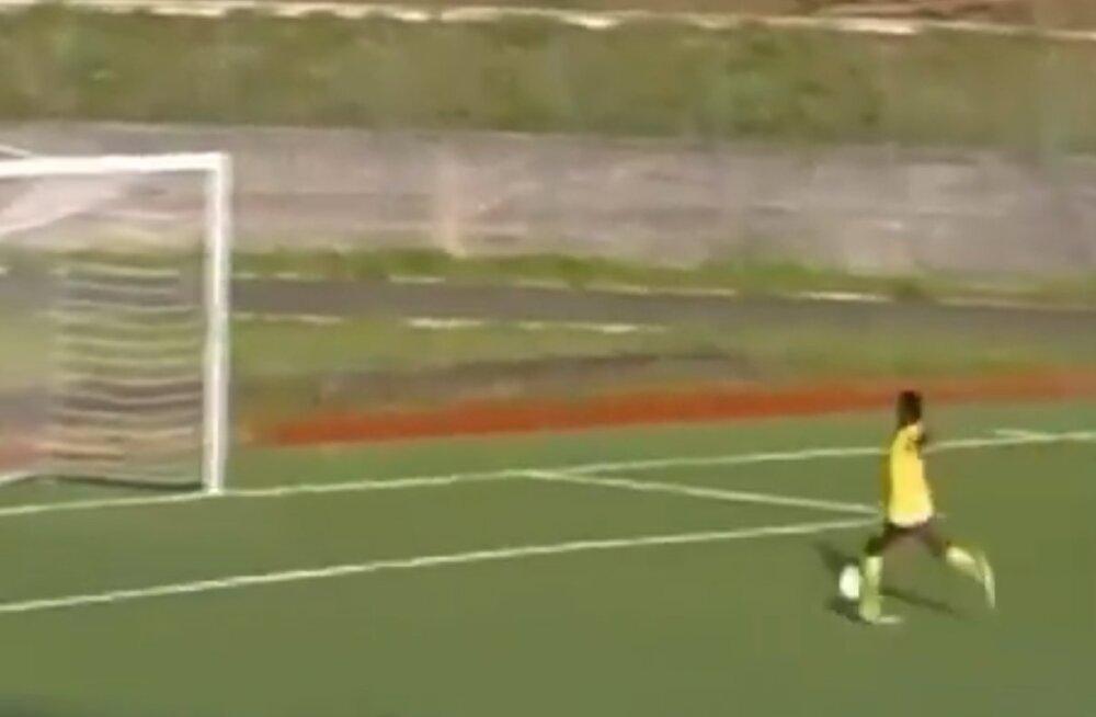 VIDEO | Maailma halvim ründaja? Itaalia liiga amatöör demonsteerib, kuidas kaks korda tühjast väravast mööda lüüa