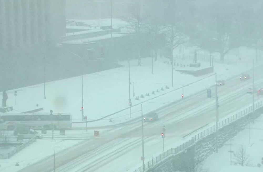 Lõuna-Soomes on juba 20 cm lund sadanud, vähemalt sama palju lubatakse veel, liiklusõnnetusi on juhtunud kümneid