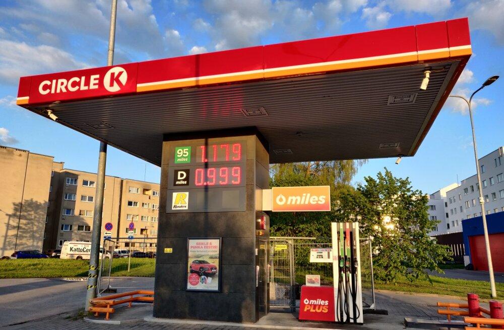Nii kauaks soodsat kütuse hinda jaguski ja maailmaturu mõjud käes? Tanklaketid tõstsid kütuse hinda
