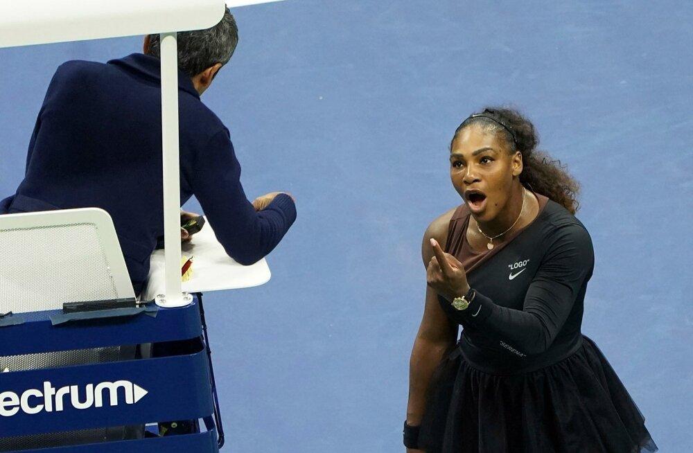 Serena Williams näitamas välja enda emotsioone kohtunik Carlos Ramose suunas.