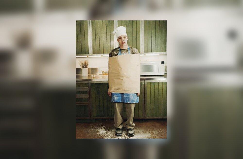 Mees köögis