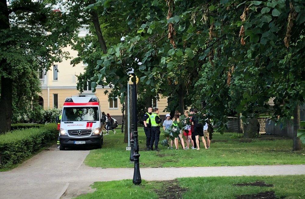 FOTO | Kanuti aias kogunenud noortele kutsuti politsei. Üks purjus alaealine tüdruk viidi kiirabiga ära