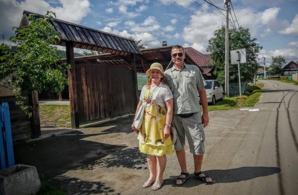 Aiki ja Vello Maivel Siberis Ovsjanka külas, kus elas kuulus kirjanik Viktor Astafjev, kelle raamatuid on tõlgitud ka eesti keelde.