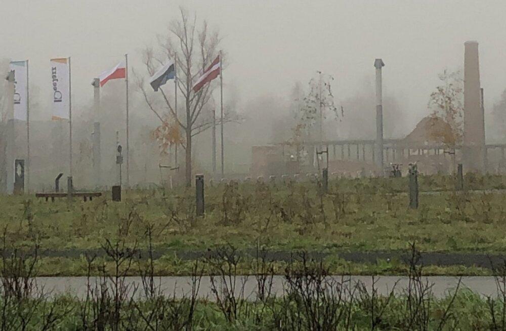 ФОТО: Перед Национальным музеем развевался перевернутый эстонский флаг
