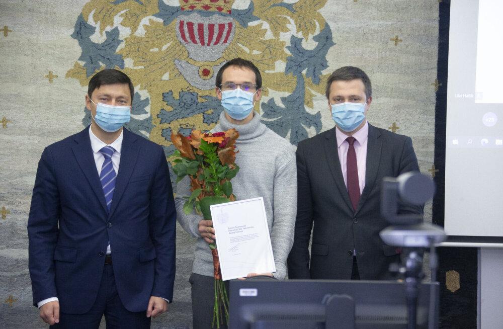Фото (слева направо): мэр Михаил Кылварт, представитель спортсменов Тиммо Таммемяэ и вице-мэр Вадим Белобровцев