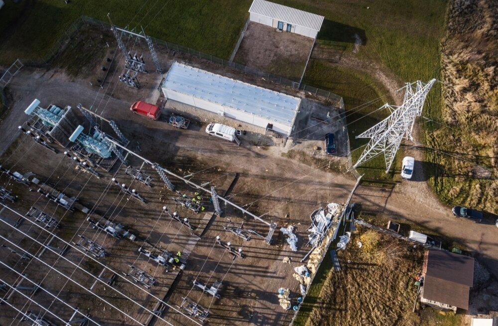 Võru alajaama rikke põhjustasid tormi tõttu alajaama seadmetele lennanud juhtimishoone plekk-katuse tükid, osa seadmeid sai kannatada.