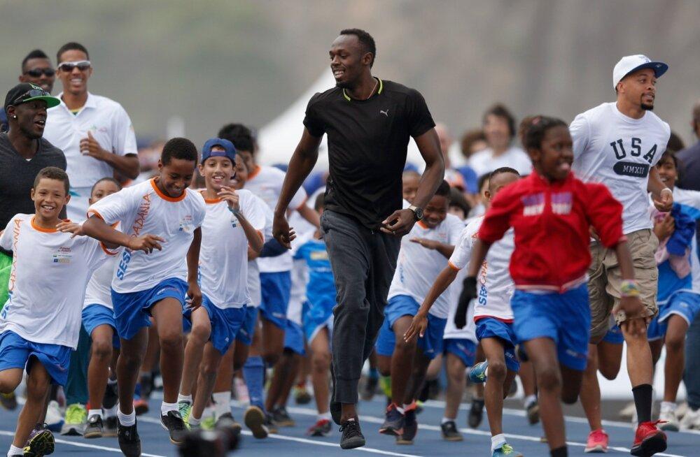 Usain Bolt nakatab lapsi spordipisikuga kõikjal: nii kodumaal kui ka Rio de Janeiros, kus see pilt on tehtud.