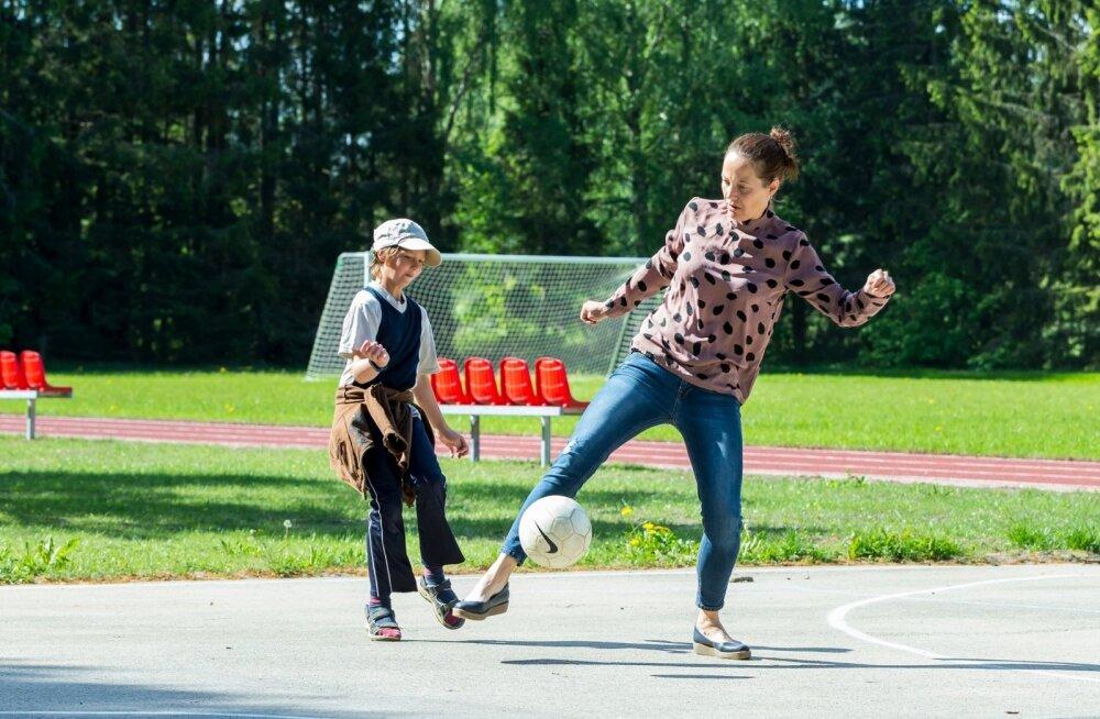 Mida muud võiks üks pikalt Inglismaal elanud kehalise kasvatuse õpetaja oma tunnis togida, kui mitte jalgpalli.