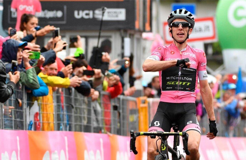Simon Yates tähistamas Giro 15. etapi võitmist.