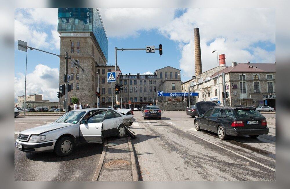 Liiklusavarii Sikupilli keskuse ees