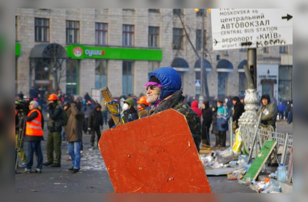 FOTOD: Kiievi kesklinnas saavad inimesed SMS-e: olete registreeritud massirahutustes osalejana