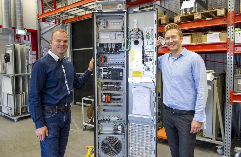 Виктор Бельдяев и Лаури Куусисто с преобразователем частоты ABB. Использование преобразователей частоты в последние десятилетия резко возросло, а сами устройства становятся все более интеллектуальными.