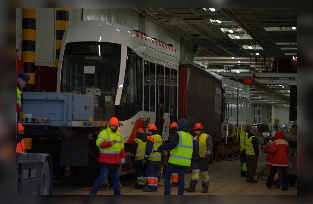 ФОТО и ВИДЕО: В Палдиски доставили первый новый трамвай для таллиннских линий