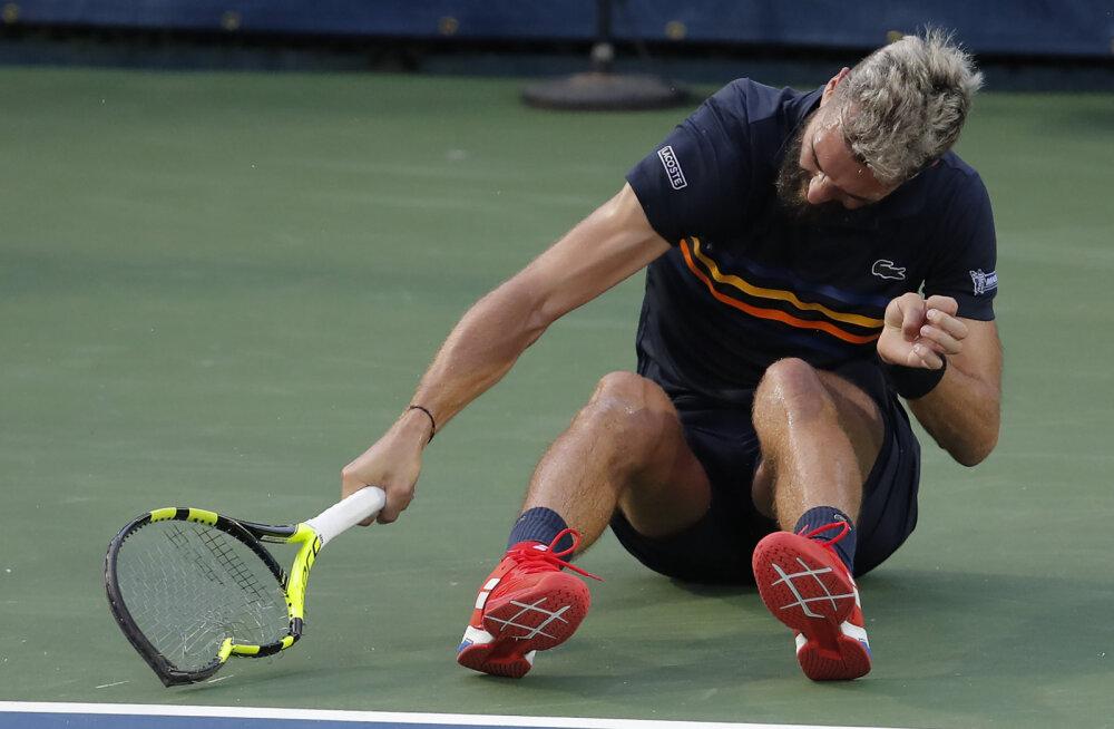 VIDEO | Maailma 55. tennisist peksis puruks kolm reketit ja keeldus matšpalli mängimast