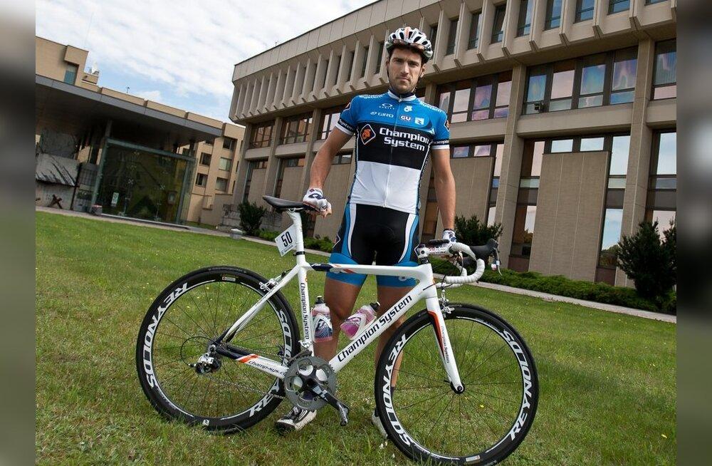 Mart Ojavee meistrisärgis, jalgratas