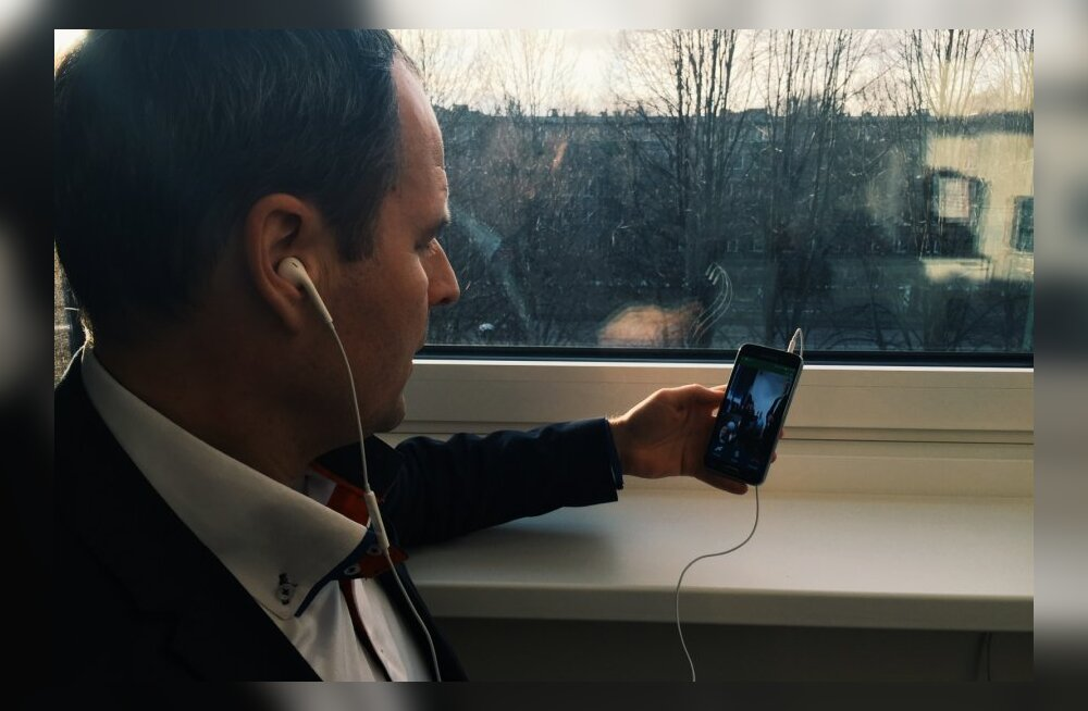 Telia esimene avalik VoLTE kõne: Eesti Telekomi juhatuse esimees Valdo Kalm tegi telefoniga 2015. a alguses videokõne telerisse