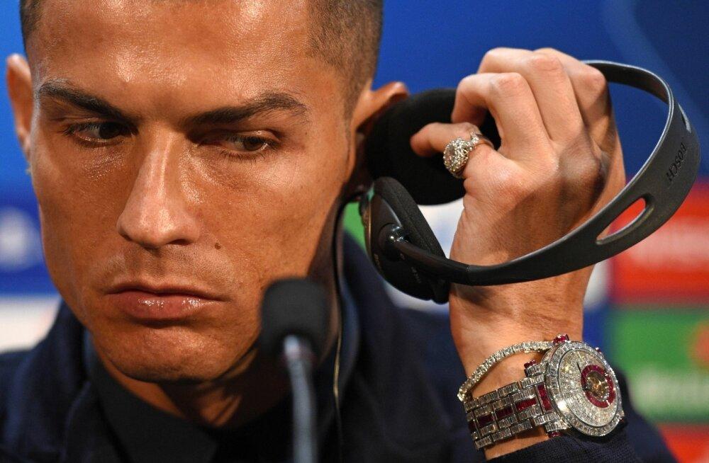 Cristiano Ronaldo demonstreerimas enda ülikallit käekella.