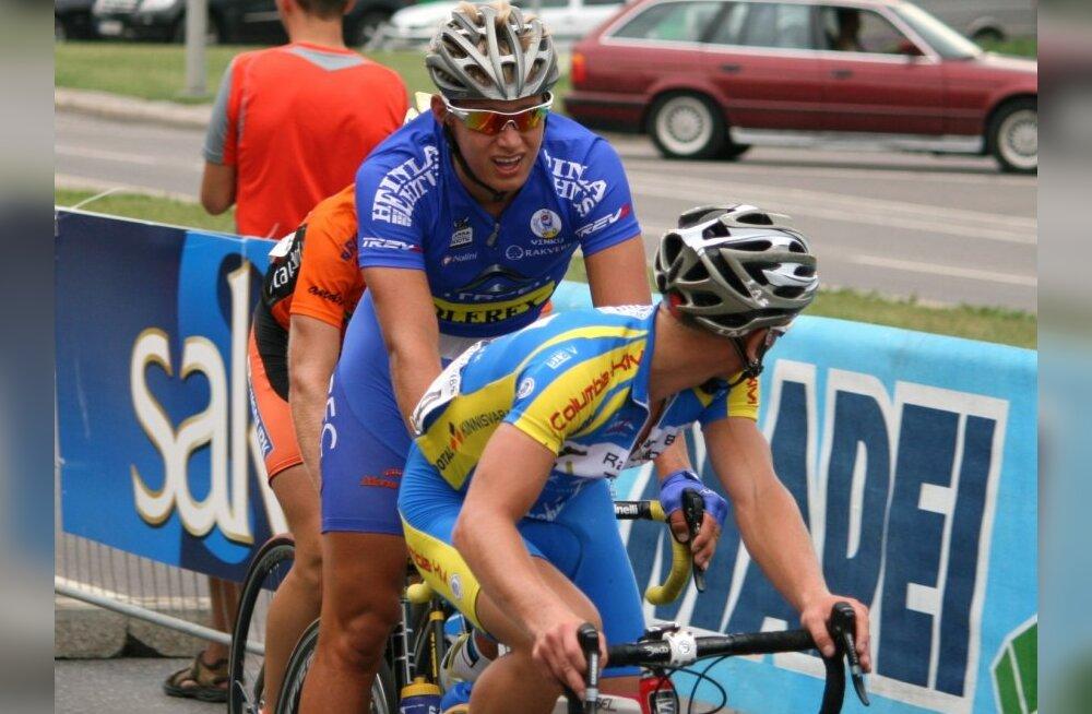 Oskar Nisu (keskel) võistlusrajal, jalgratas