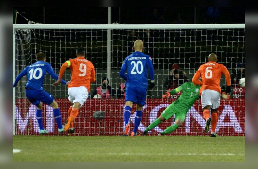 Gylfi Thor Sigurdsson (vasakul) lööb Hollandile värava